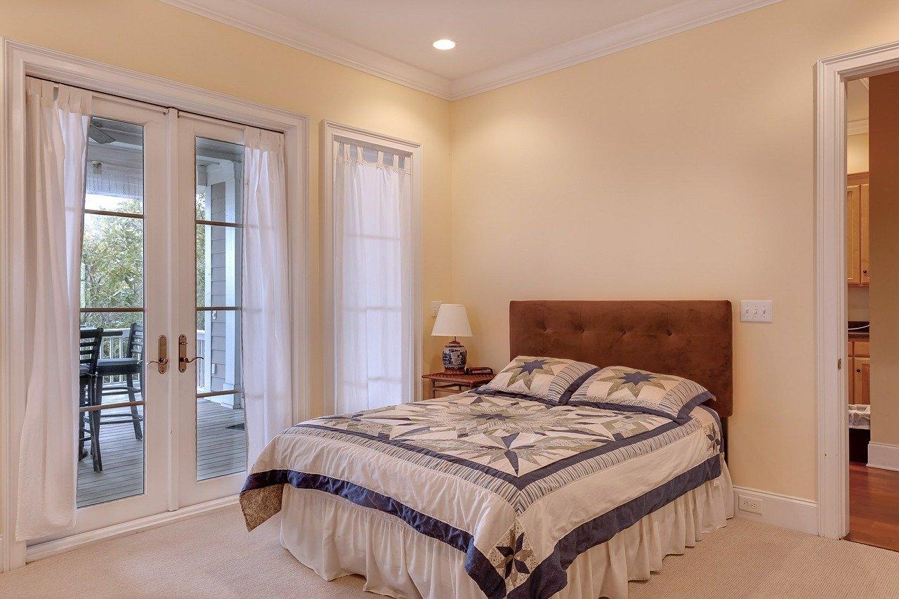 Chambre avec lit confortable