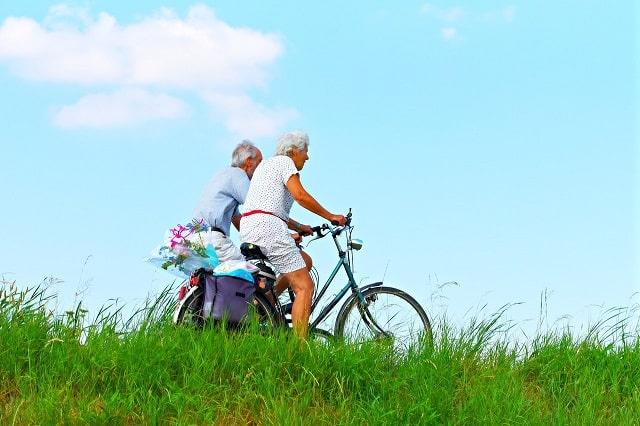 Couple de retraités faisant du vélo