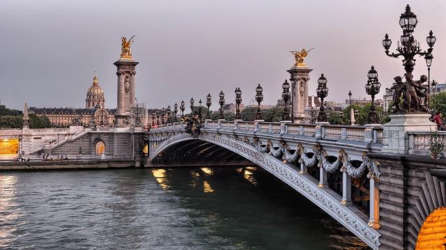 Puente sobre el Sena Alexandre 3 en París, Francia